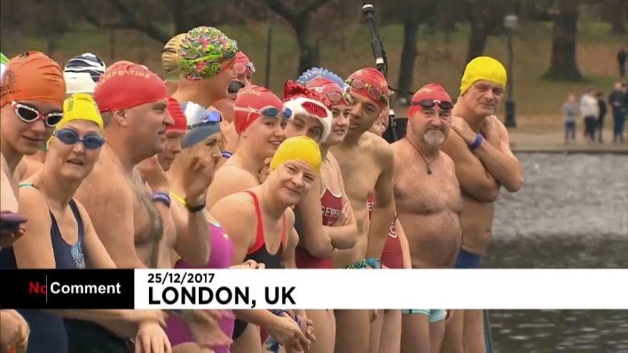 Londralılar geleneksel Noel yüzme yarışıyla soğuğa meydan okudu