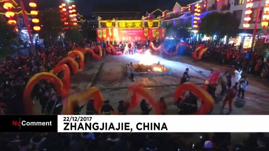 """China """"dança"""" com o maior dragão de fogo de sempre"""