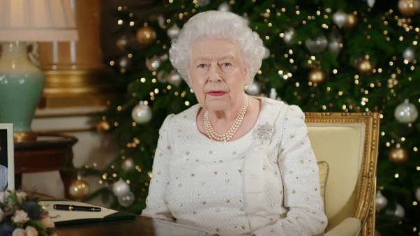 Isabel II rinde homenaje a Londres y Mánchester