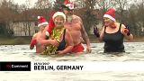 Weihnachtsbaden im eiskalten Wasser