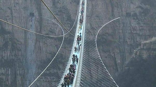 افتتاح طولانی و ترسناکترین پل معلق شیشه ای جهان در چین