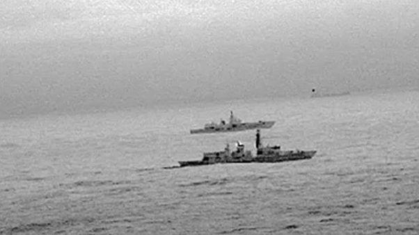 Brit hadihajó szemmel tart egy oroszt