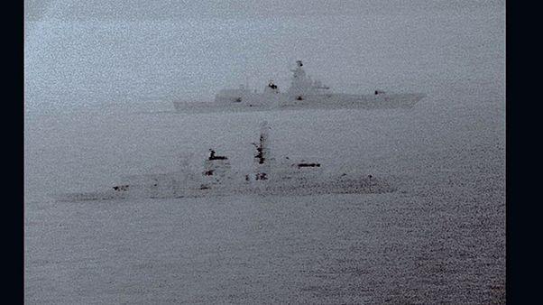 Un navire de guerre russe escorté par une frégate britannique