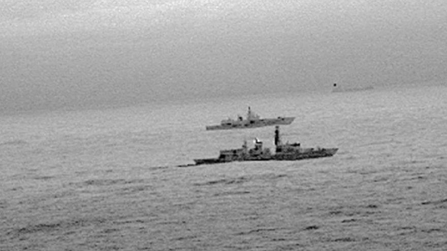 Una fregata inglese scorta una nave russa: roba da Guerra Fredda