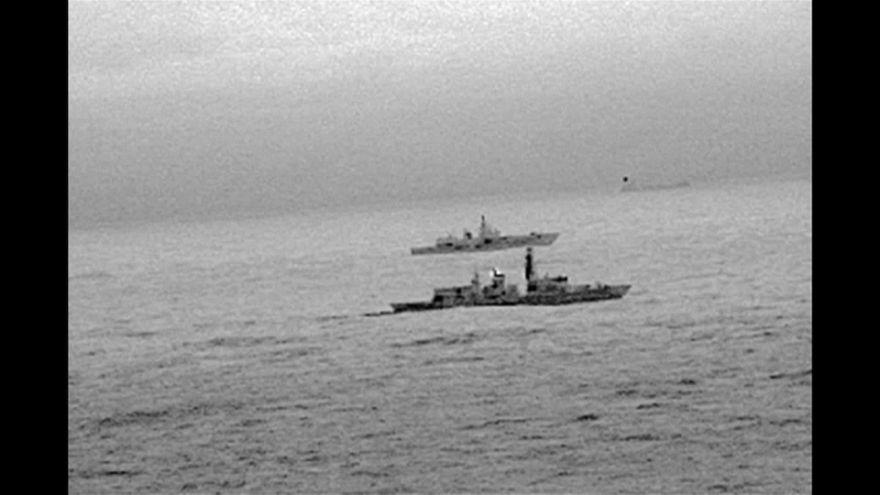 Un buque de guerra ruso, escoltado por la Marina británica