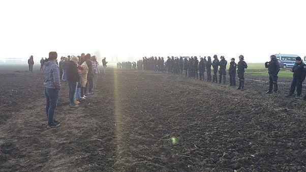 پلیس کرواسی برای جلوگیری از عبور پناهجویان معترض جلوی آنها ایستاده است