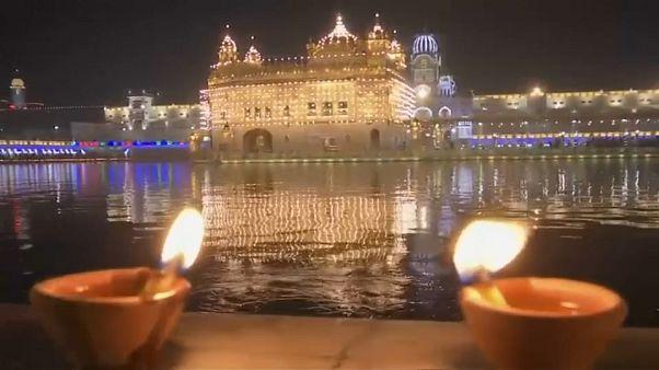 Luces iluminan el Templo Dorado, el más venerado del sijismo
