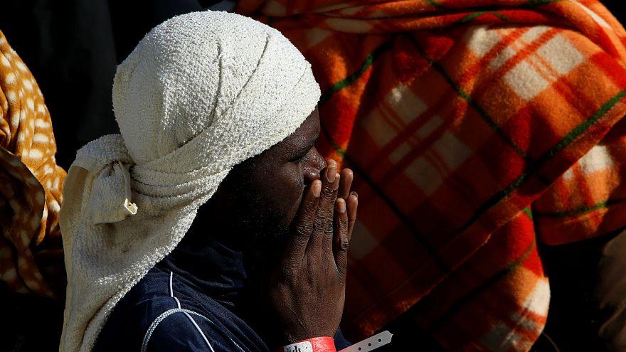 Bevándorló vár az MV Aquariuson arra, hogy Oalszországba léphessen