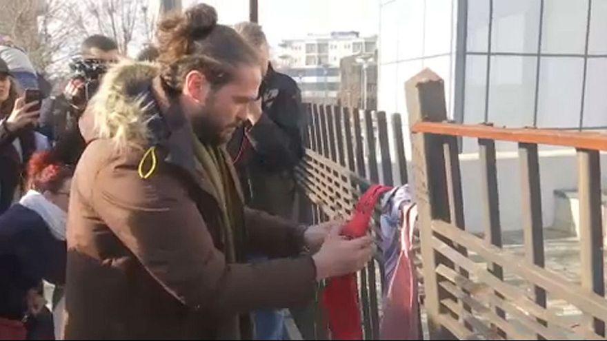 Κρέμασαν γραβάτες διαμαρτυρόμενοι για το μισθό του πρωθυπουργού