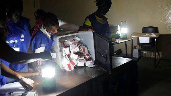 Viharlámpák fényében számolják a szavazatokat egy fővárosi szavazókörben