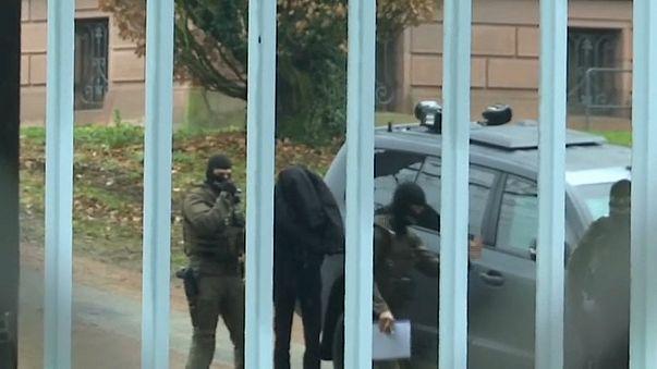 21.12.2017: Der verhaftete Dasbar W. wird zum Bundesgerichtshof gebracht.