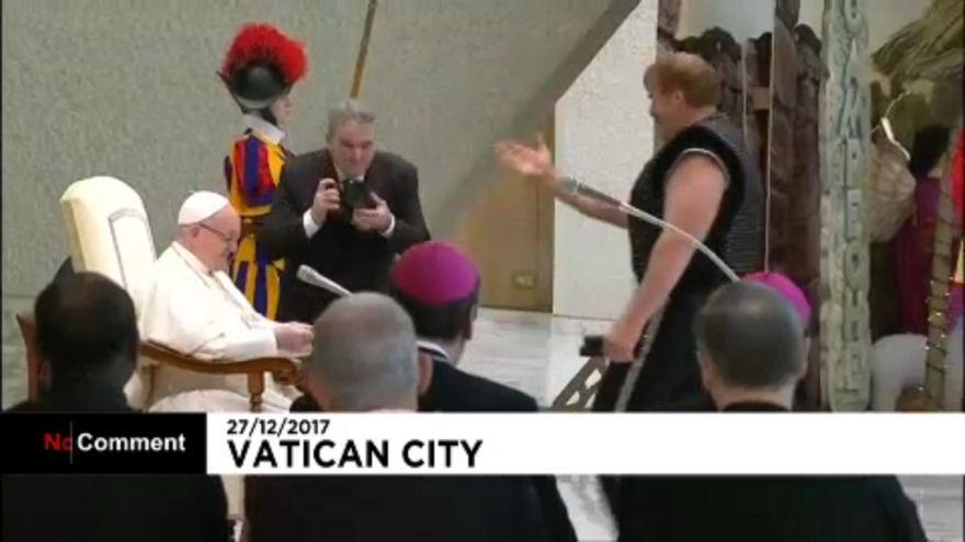 Papst empfängt Zirkusartisten im Vatikan