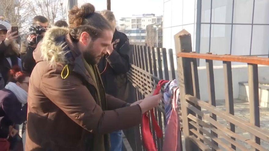 300 corbatas denuncian la subida salarial del primer ministro de Kosovo