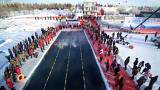 Çin'de buzlu suda yüzme yarışı nefesleri kesti