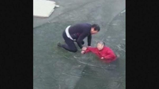 چین؛ ویدئوی نجات زنی ۷۰ ساله از رودخانه یخزده