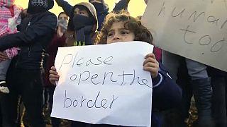 Protesta de refugiados en tierra de nadie para poder entrar en la UE