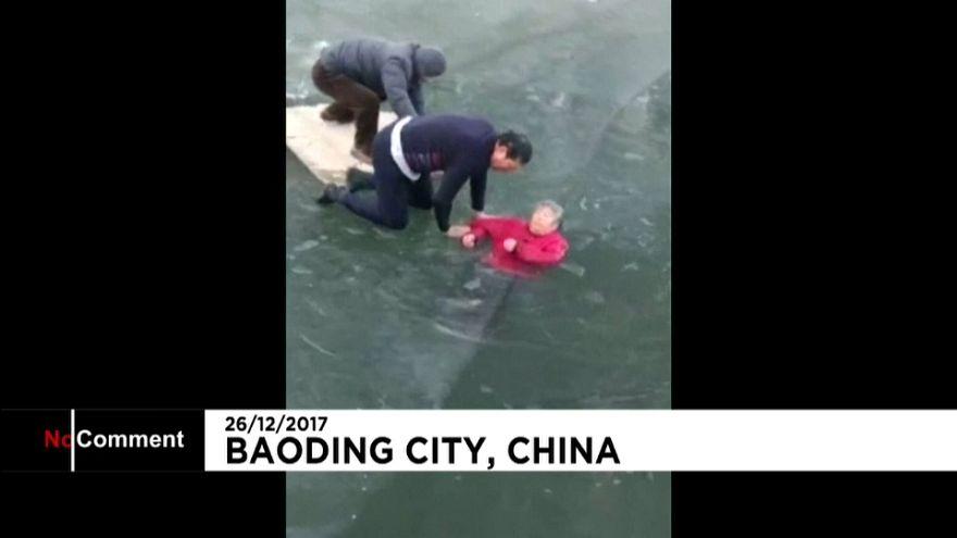 Un hombre salva a una mujer que había caído en un río helado