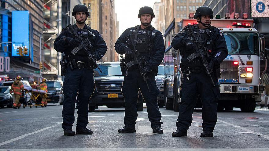 New York-i rendőrök őrködnek egy buszpályaudvar mellett, 2017. december 11.