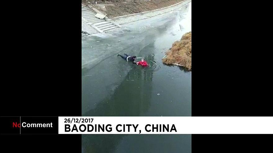 Resgate num rio gelado