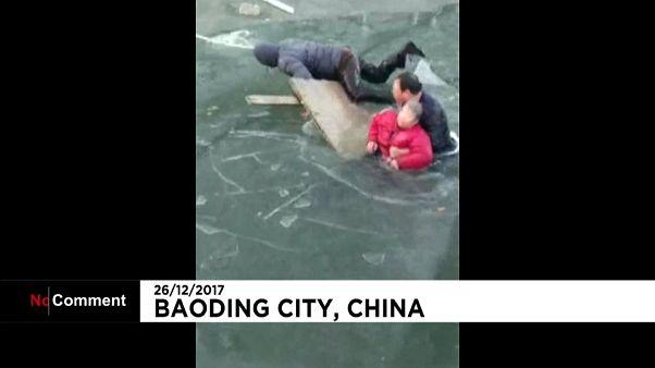 Buzla kaplı nehire düşen kadın ölümden döndü