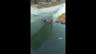 شاهد: رجل يتحدي المياه المتجمدة لإنقاذ عجوز سبعينية