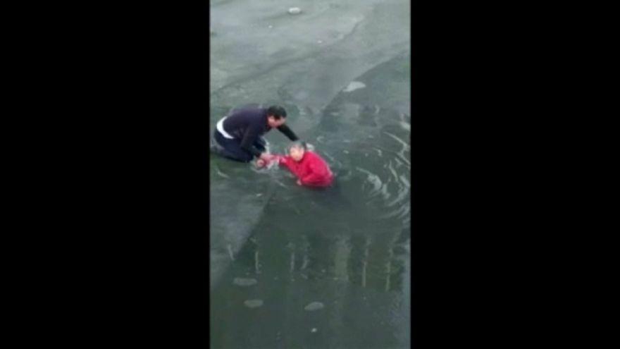 Βούτηξε στον παγωμένο ποταμό για να σώσει μια ηλικιωμένη