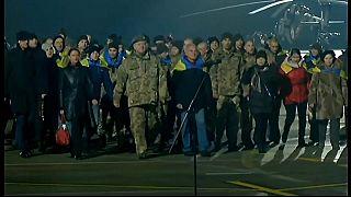 Cientos de prisioneros liberados en Ucrania vuelven a casa por Navidad
