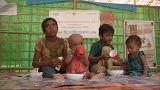 Vier Kinder sitzen in einem Unicef-Zelt auf dem Boden.