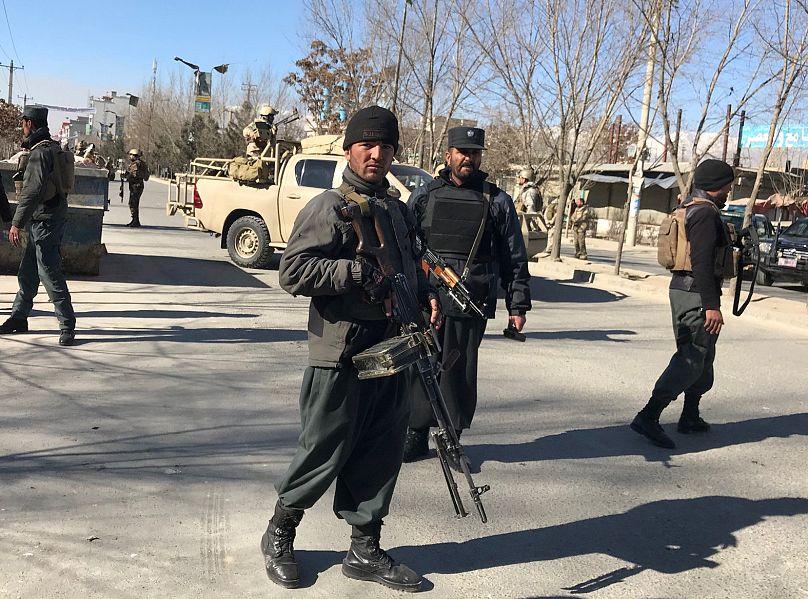 Afghanische Polizisten stehen Wache am Ort der Explosion in Kabul