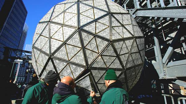 Times Meydanı'ndaki kristal küre yeni yıl kutlamalarına hazır