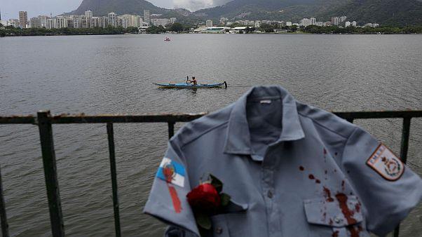 Τα «ματωμένα» πουκάμισα για τους δολοφονηθέντες αστυνομικούς