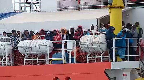 Partot ért menekültek