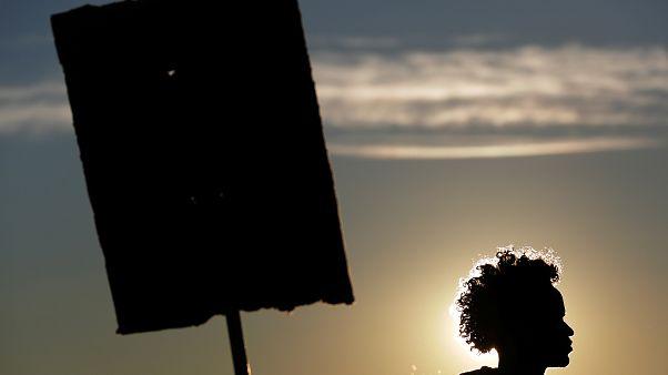 Una migrante che manifesta al confine italo-francese