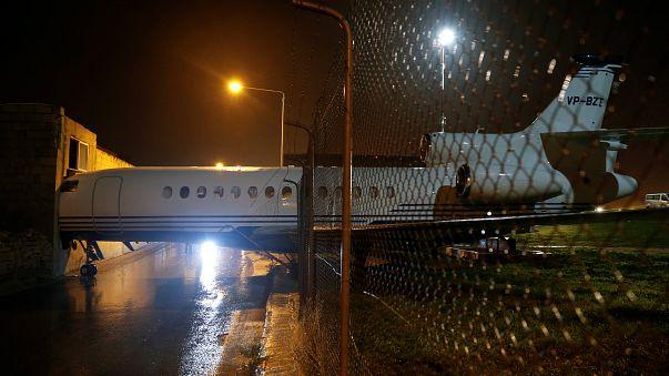 Vento arrasta avião em Malta