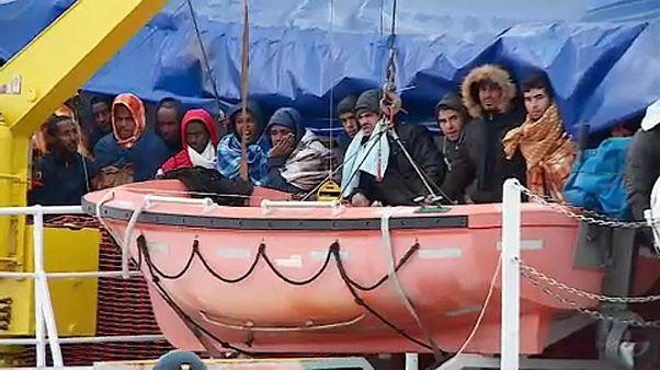 Migrantes resgatados no Mediterrâneo chegam a Augusta