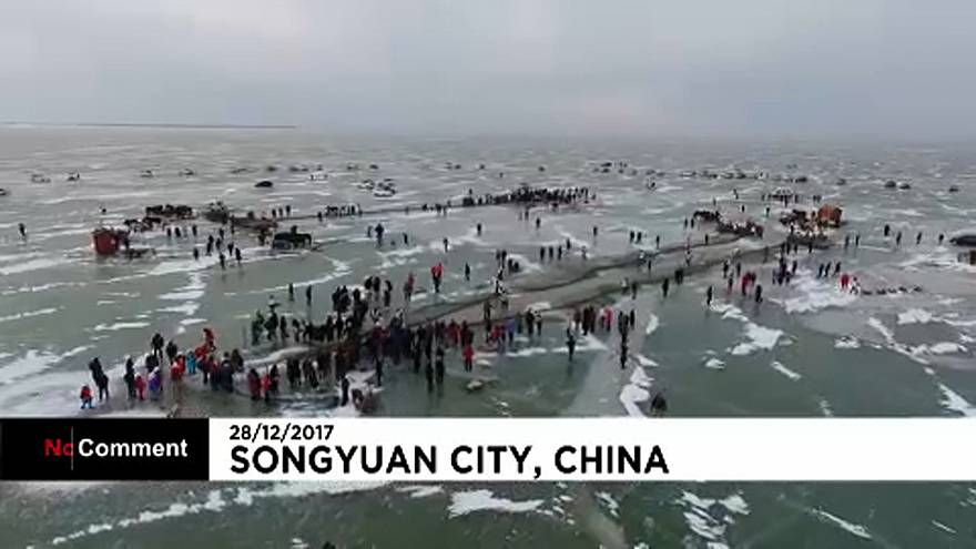 Fischen auf gefrorenem See - im Nordosten Chinas eine Tradition