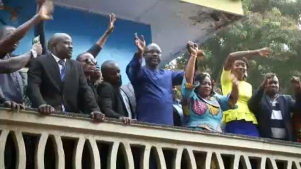Weah lässt sich nach dem Sieg von seinen Anhängern feiern