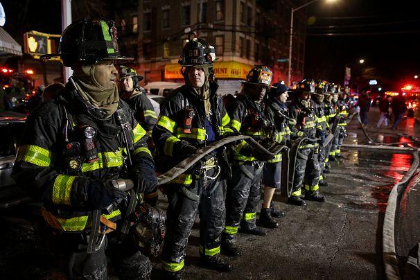 Les pompiers de New York à l'œuvre dans le Bronx