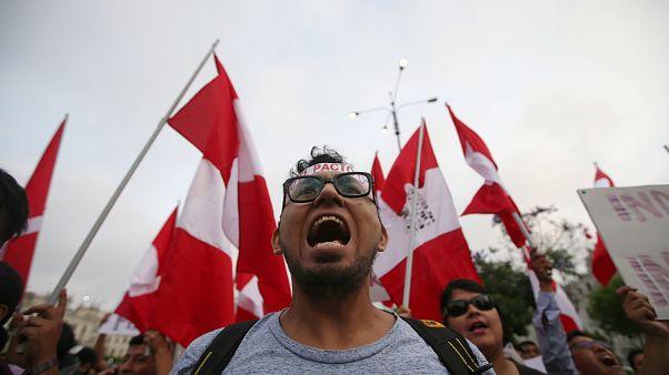Peruviani inferociti contro il presidente Kuczynski