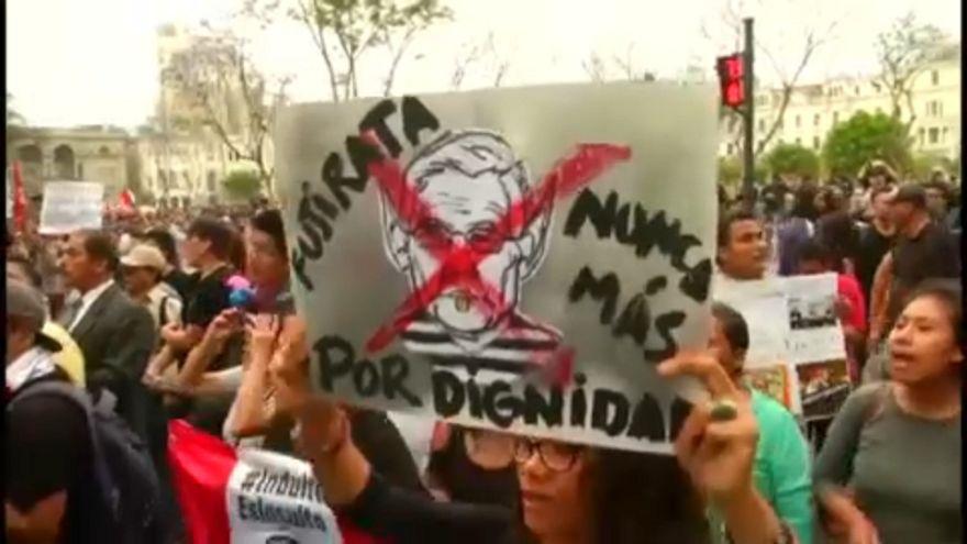 Tüntetés a Fujimorinak szóló kegyelem ellen Peruban