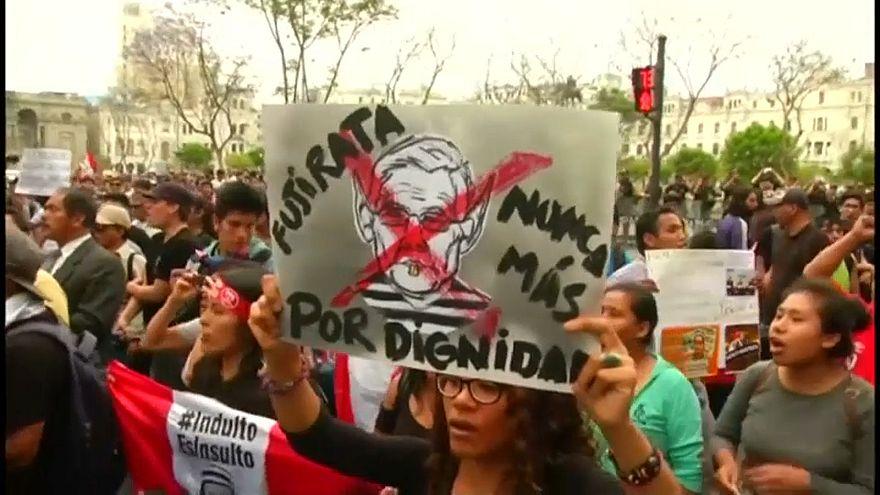 Perulular Fujimori'nin özrünü kabul etmiyor