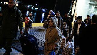 Paris'te ısınmak için çamaşır makinesine sığınan mülteci çocuklar