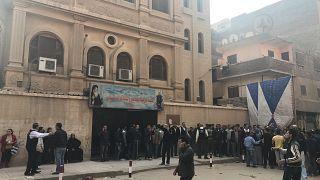 La folla di gente fuori dalla chiesa di Mar Mina, nel distretto Helwan
