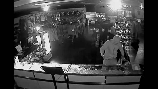 شاهد: اقتحام وسرقة متجر لبيع الأسلحة في الولايات المتحدة الأمريكية