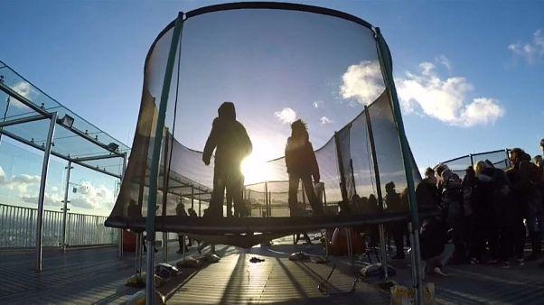 أعلى ناطحة سحاب في باريس تتيح فرصة لمحبي الارتفاعات للقفز على الترامبولين
