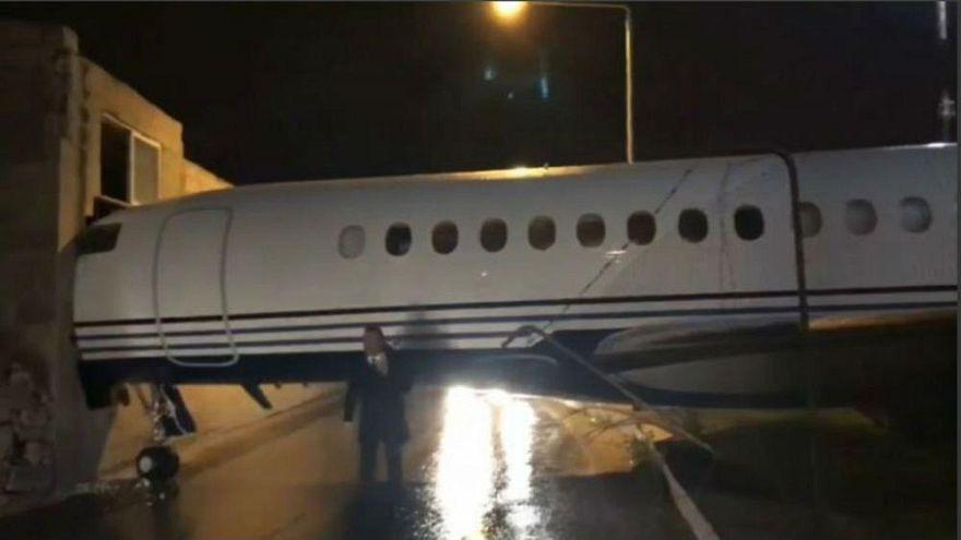 Mit der Nase durch die Wand: Privatjet rammt Flughafen auf Malta [VIDEO]