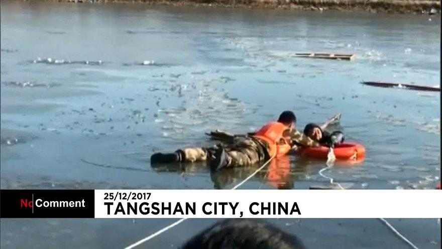 Спасатели вытащили рыбака из ледяной воды