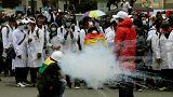 Médicos e polícia em confrontos