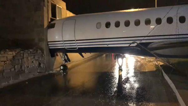 بالفيديو: رياح قوية تدفع طائرة بمطار مالطا إلى الاصطدام بأحد المباني