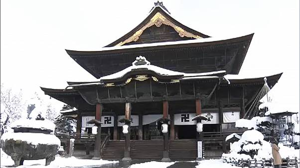 Ιάπωνες μοναχοί πήραν τις βούρτσες κι έκαναν γενική καθαριότητα